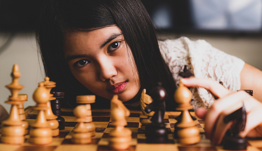 Online Chess Coaching - Online Chess Lessons -girl Learns To Play Chess